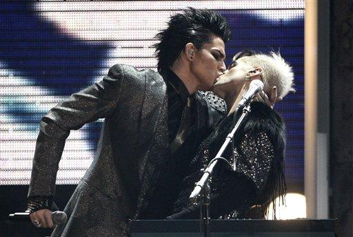 Adam lambert kissing a man ama amas american music awards