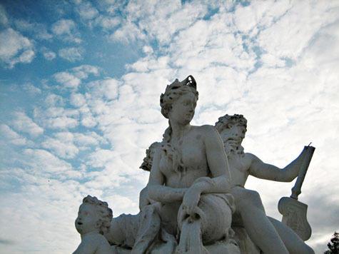 Tuilieries_statue_against_sky_475